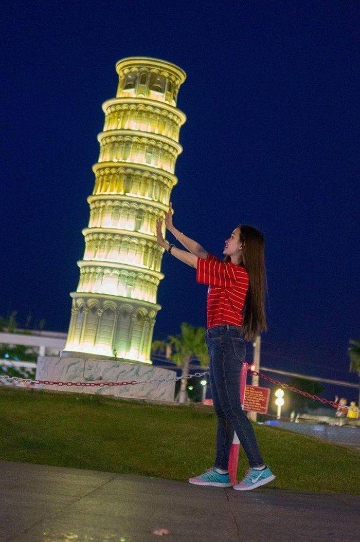 Cùng đẩy tháp nghiêng Pisa ở Ý  - Dichvuhay.vn